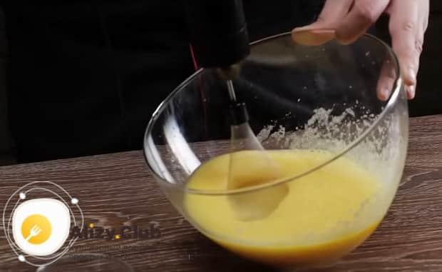 Для приготовления торта чародейка, взбейте яйца