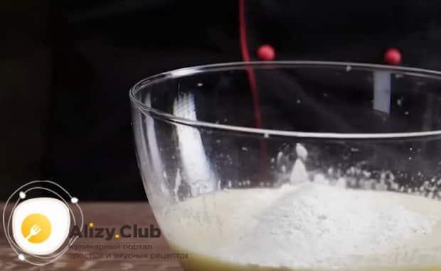 Для приготовления торта чародейка, добавьте муку