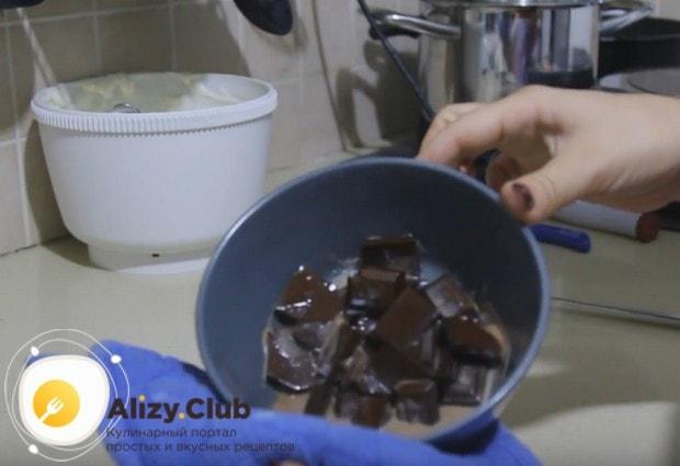 Для приготовления глазури растапливаем в микроволновке шоколад с молоком.