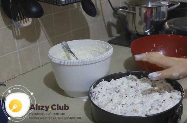 Формируем торт, укладываем в форму заготовки, которые надо макать в крем.