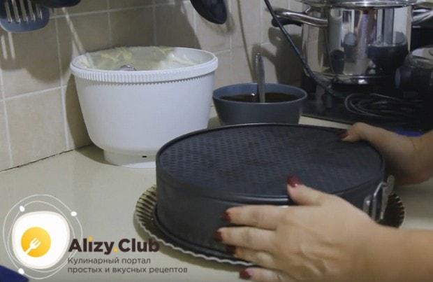 Когда торт застынет в холодильнике, осторожно переворачиваем его на блюдо.