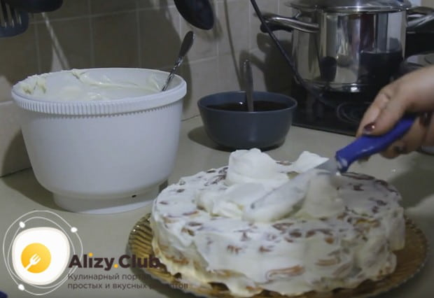 Убираем форму и смазываем кремом верх и бока торта.