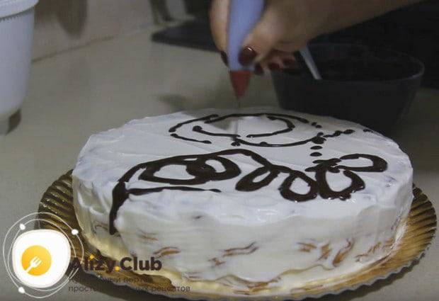 Украшаем торт шоколадной глазурью.