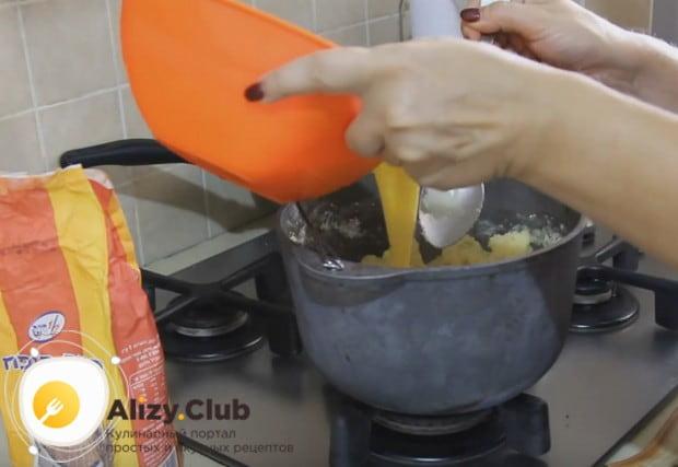 В несколько приемов вводим в тесто яйца.
