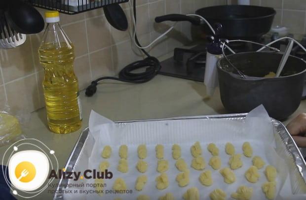 Отправляем заготовки выпекаться в духовку.