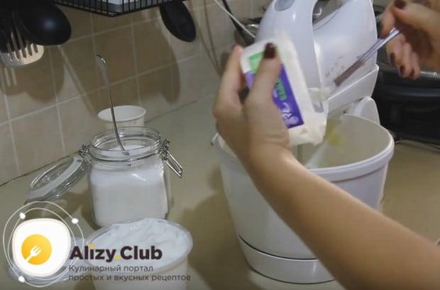 Готовим крем на основе масла, сахарной пудры и маскарпоне.