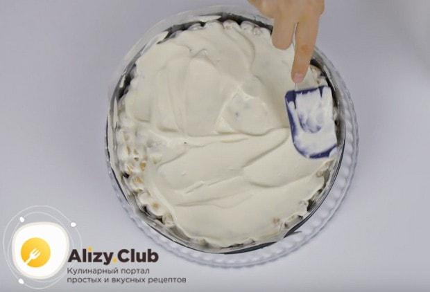 Собранный торт покрываем оставшимся кремом.