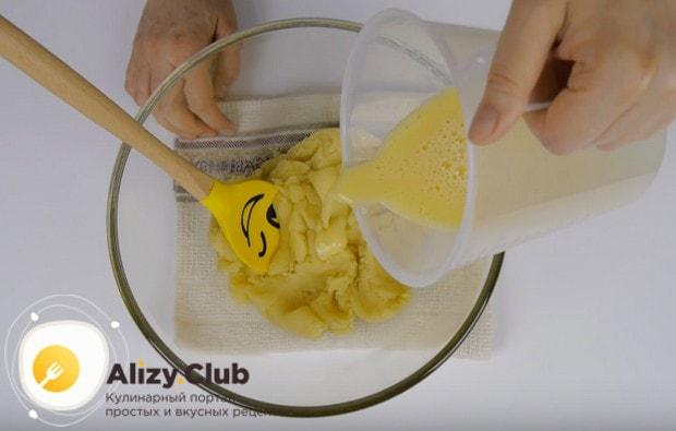 В несколько приемов водим в тесто слегка взбитые яйца.