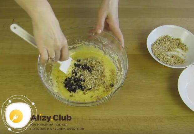 В тесто для второго коржа добавляем измельченные орехи и порезанный кусочками чернослив.