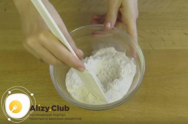 Для приготовления каждого белого коржа соединяем муку с разрыхлителем и крахмалом.