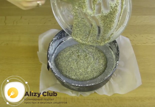 Перемешиваем тесто с маком и выливаем в форму.