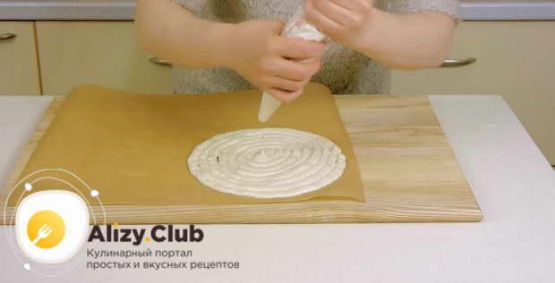 Кладем пекарскую бумагу разметкой вниз и формируем два коржа