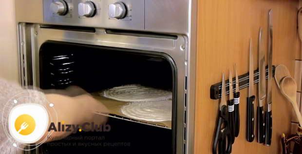 Отправляем заготовки в раскаленный до 160 градусов духовой шкаф