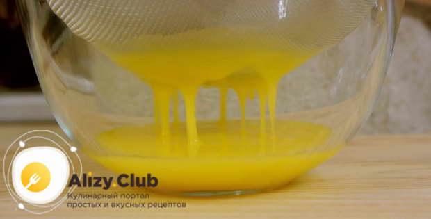 Перетираем через мелкое сито 100-120 мл желтков