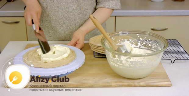 Кладем корж на ровную поверхность, затем покрываем его слоем крема