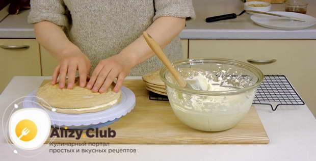 Поверх крема выкладываем второй корж