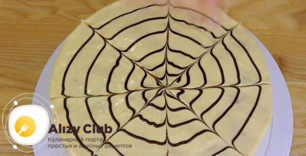 Пока шоколад не застыл, рисуем на поверхности изделия паутинку