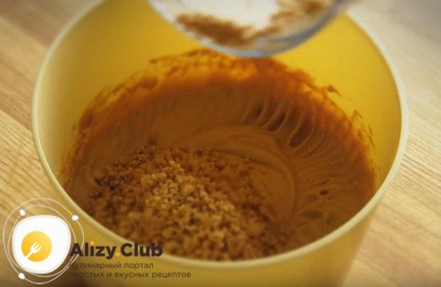 В крем также добавляем измельченные орехи.