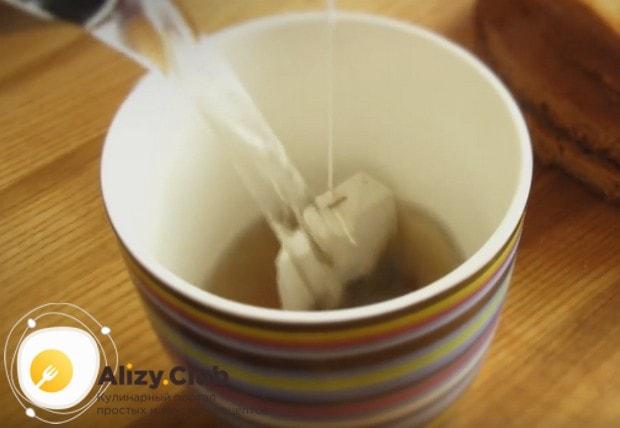 Завариваем крепкий черный чай.