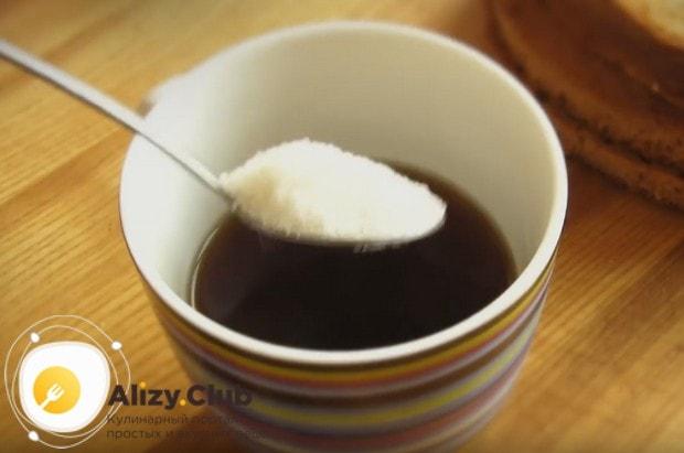 Добавляем в чай ложку сахара.