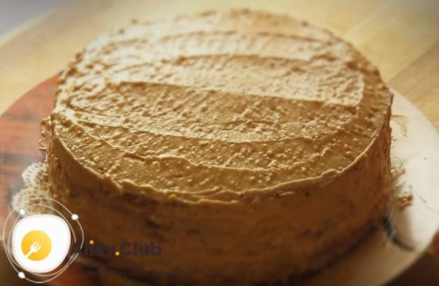 Верх и бока торта выравниваем кремом.