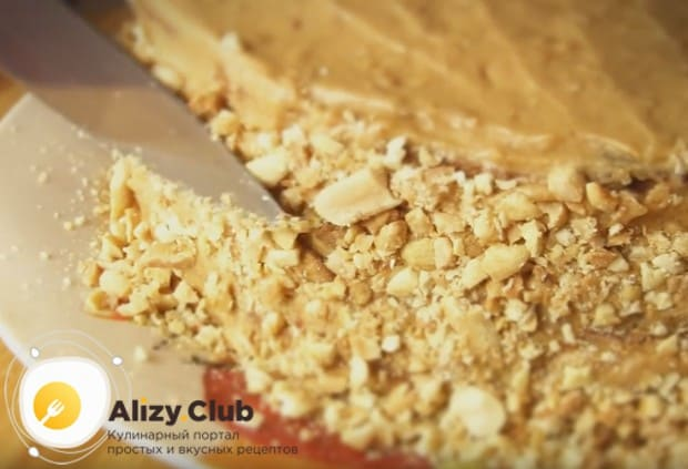 Бока торта обсыпаем орехами и крошкой из-под коржей.