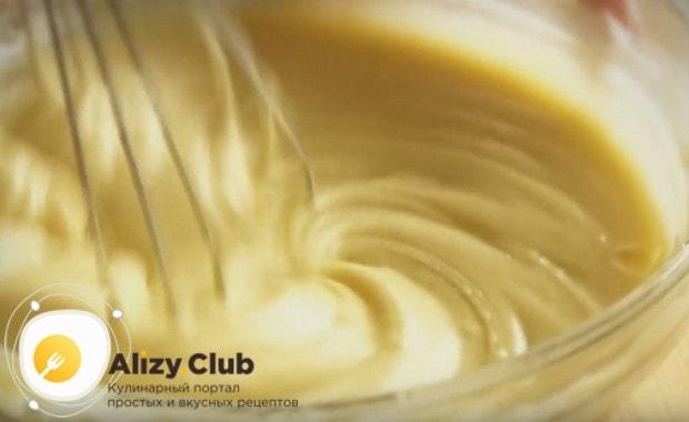Добавляем гашенную уксусом соду и еще раз перемешиваем тесто до однородной консистенции.