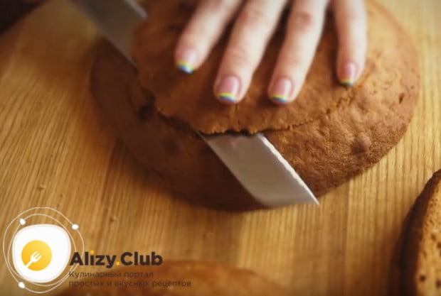 Из коржей для торта Идеал с грецкими орехами необходимо срезать верх.