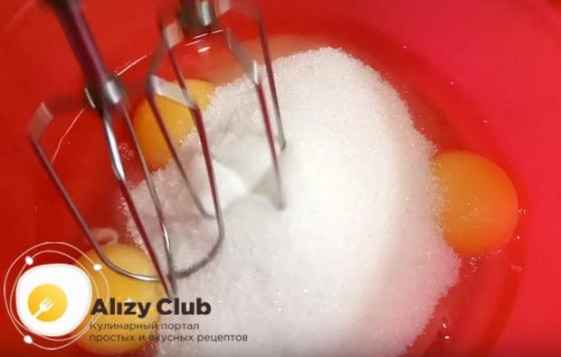в миску вбиваем яйца и всыпаем сахар