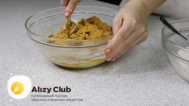 Для приготовления медового торта с заварным кремом, вымесите тесто