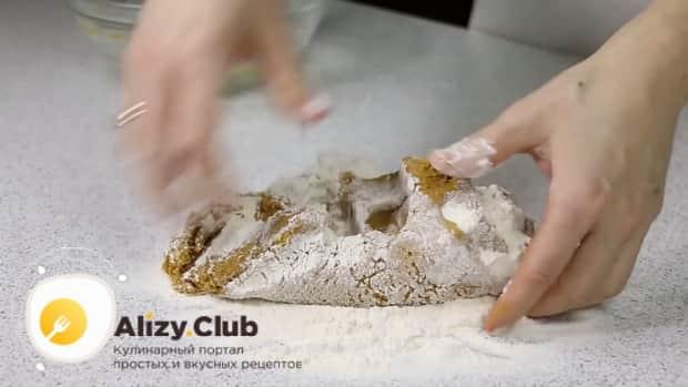 Для приготовления медового торта с заварным кремом,замесите эластичное тесто