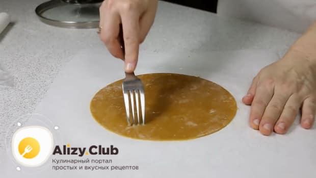 Для приготовления медового торта с заварным кремом, раскатайте тесто