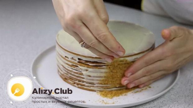 Для приготовления медового торта с заварным кремом, притрусите бока крошкой