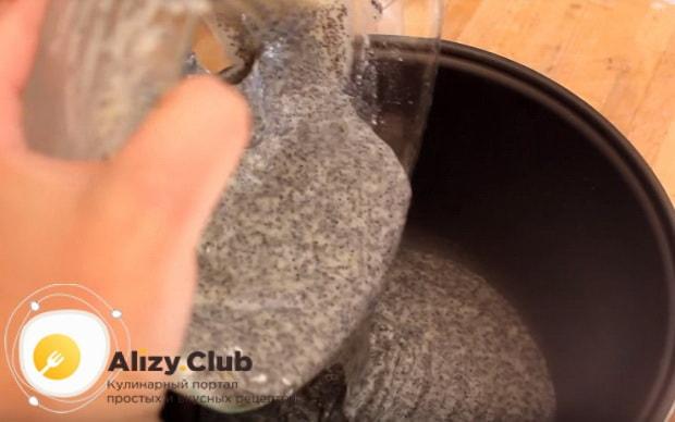 Переливаем смесь из миски в кастрюлю
