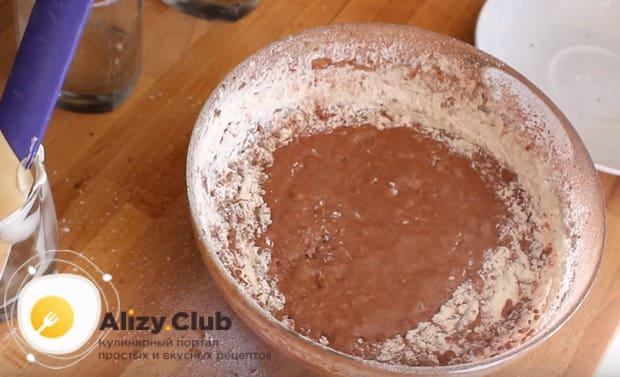 Тщательно перемешиваем смесь, пока она не приобретёт однородный шоколадный цвет