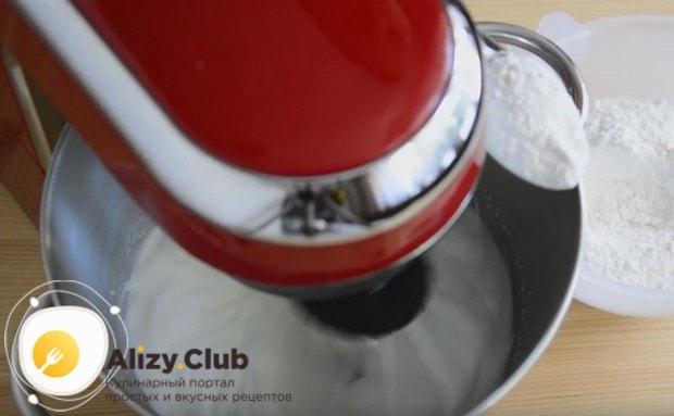 Взбиваем белки до мягких пиков и начинаем по ложке добавлять в них сахарную пудру.