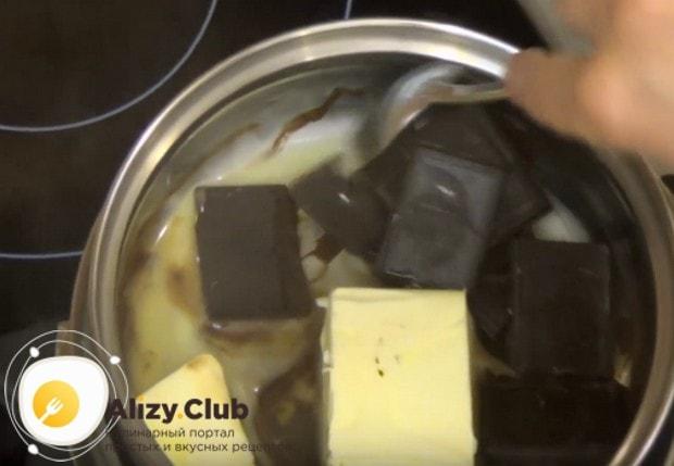 Для приготовления глазури на водяной бане растапливаем шоколад со сливочным маслом.