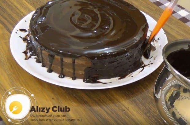 Собранный и обмазанный джемом торт покрываем глазурью.
