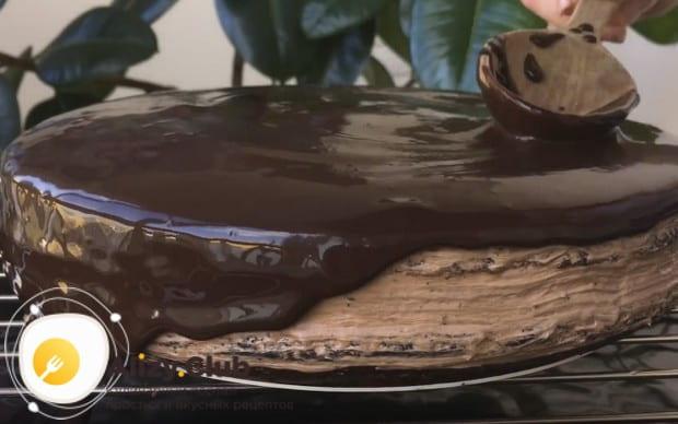 Готовый торт заливаем глазурью.