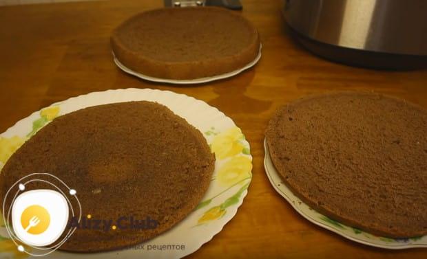 Когда бисквит остынет, разрезаем его на три коржа.