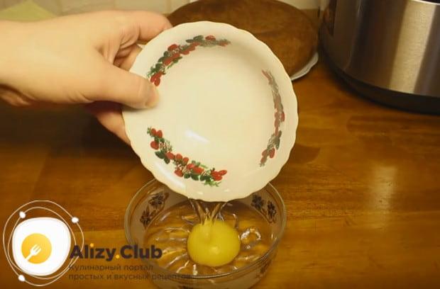 Для крема перемешиваем с водой один желток.