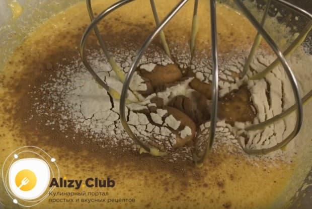 Добавляем в яичную массу муку и какао и взбиваем до однородности.
