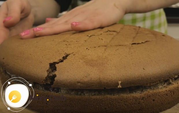 Соединяем коржи, формируя торт.
