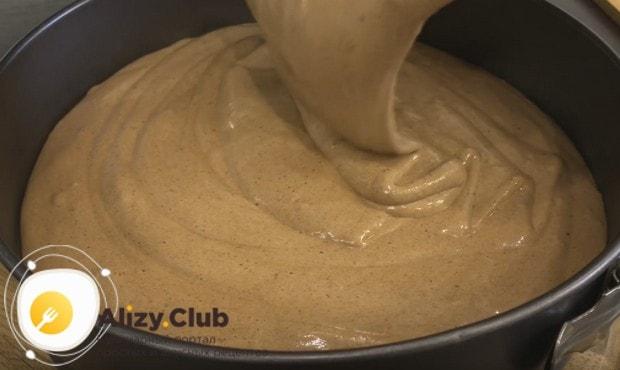 Выливаем тесто в форму и выпекаем бисквит.