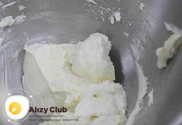 Добавляем кокосовую стружку и перемешиваем крем до однородности.