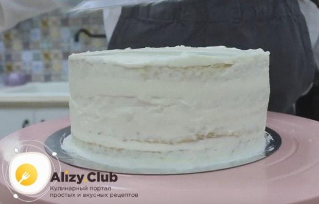 Обмазываем торт кремом сверху и по бокам.