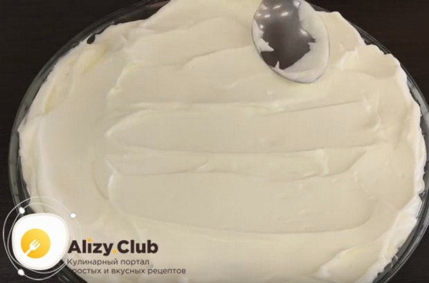 Выкладываем взбитые сливки на торт и разравниваем.