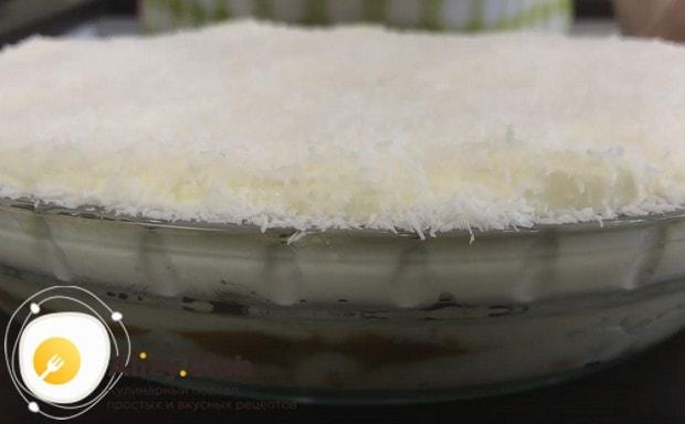 Готовый торт украшаем кокосовой стружкой.