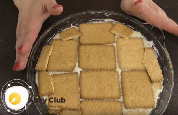 На крем выкладываем ровным слоем печенье.