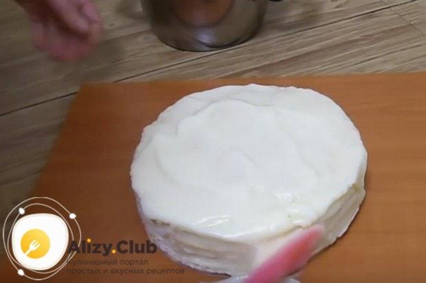 Перемазываем коржи кремом, сверху и по бокам тоже смазываем торт кремом.